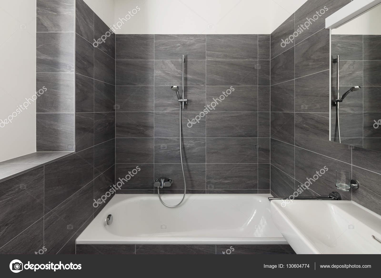 Interieur van een modern huis, grijze badkamer — Stockfoto © Zveiger ...