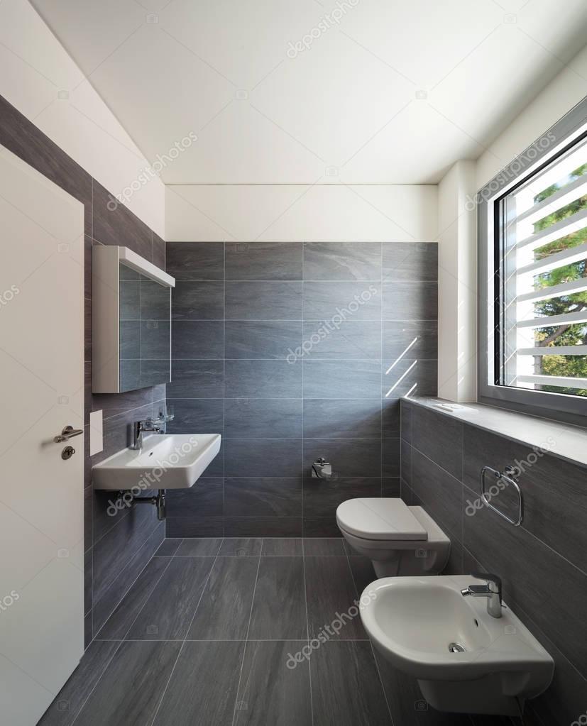 Interiore di una casa moderna bagno grigio foto stock for Casa moderna bagni