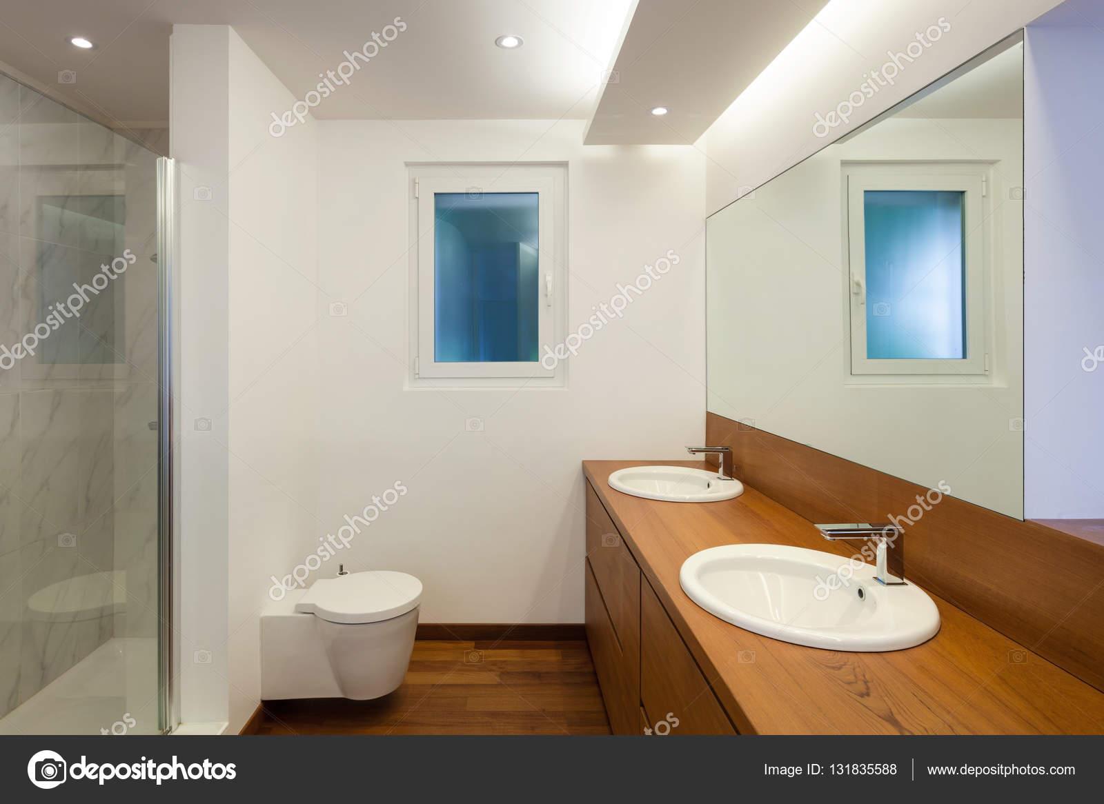 Wnętrz łazienka Z Dwoma Umywalkami Zdjęcie Stockowe