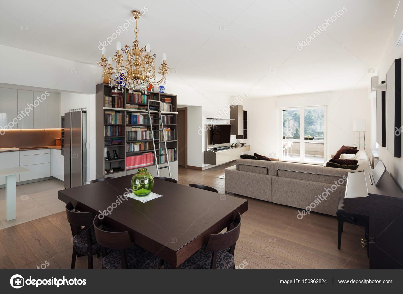 Grote woonkamer met eettafel, interieur — Stockfoto © Zveiger #150962824