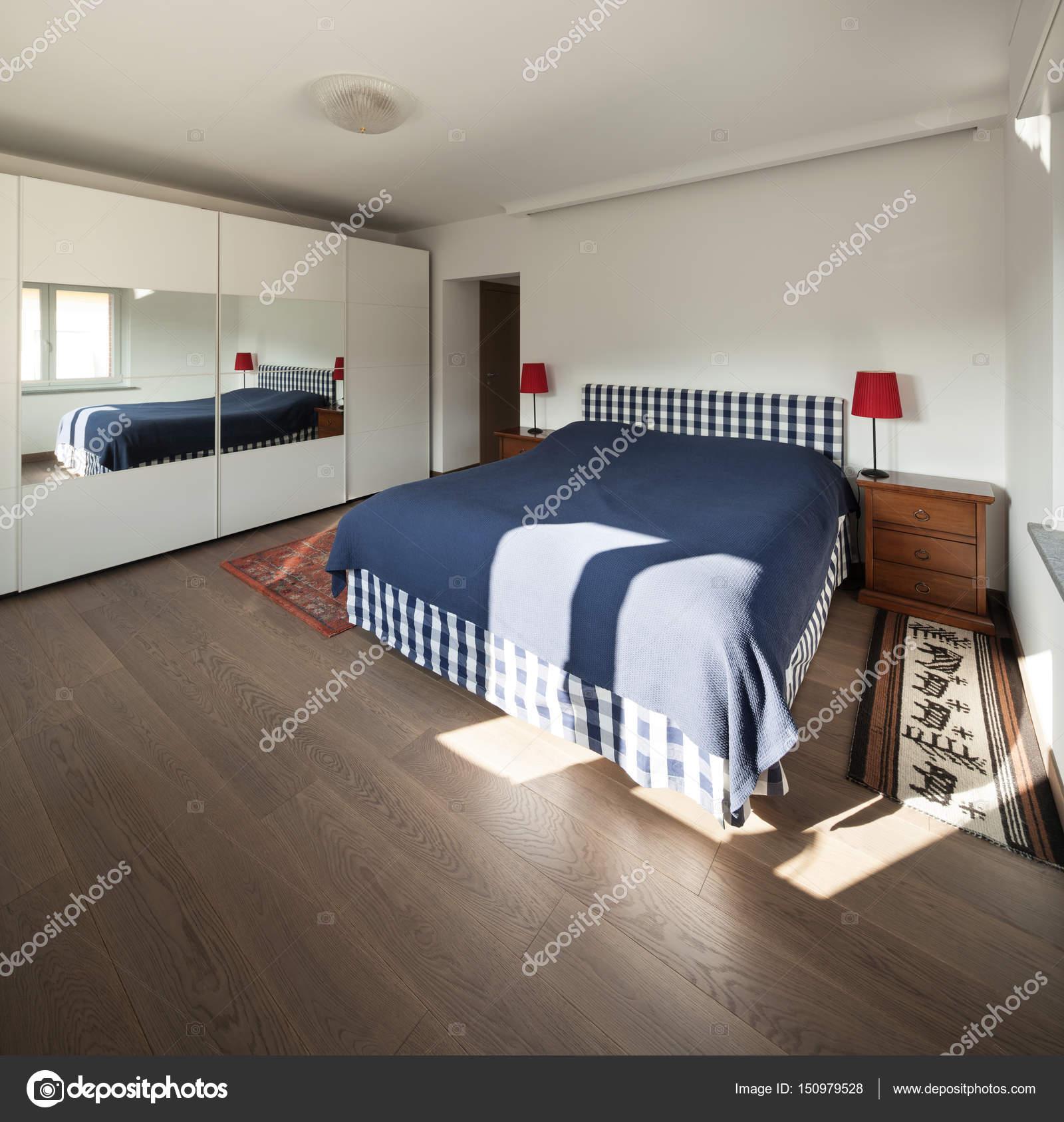 Camera da letto con pavimento in legno — Foto Stock ...