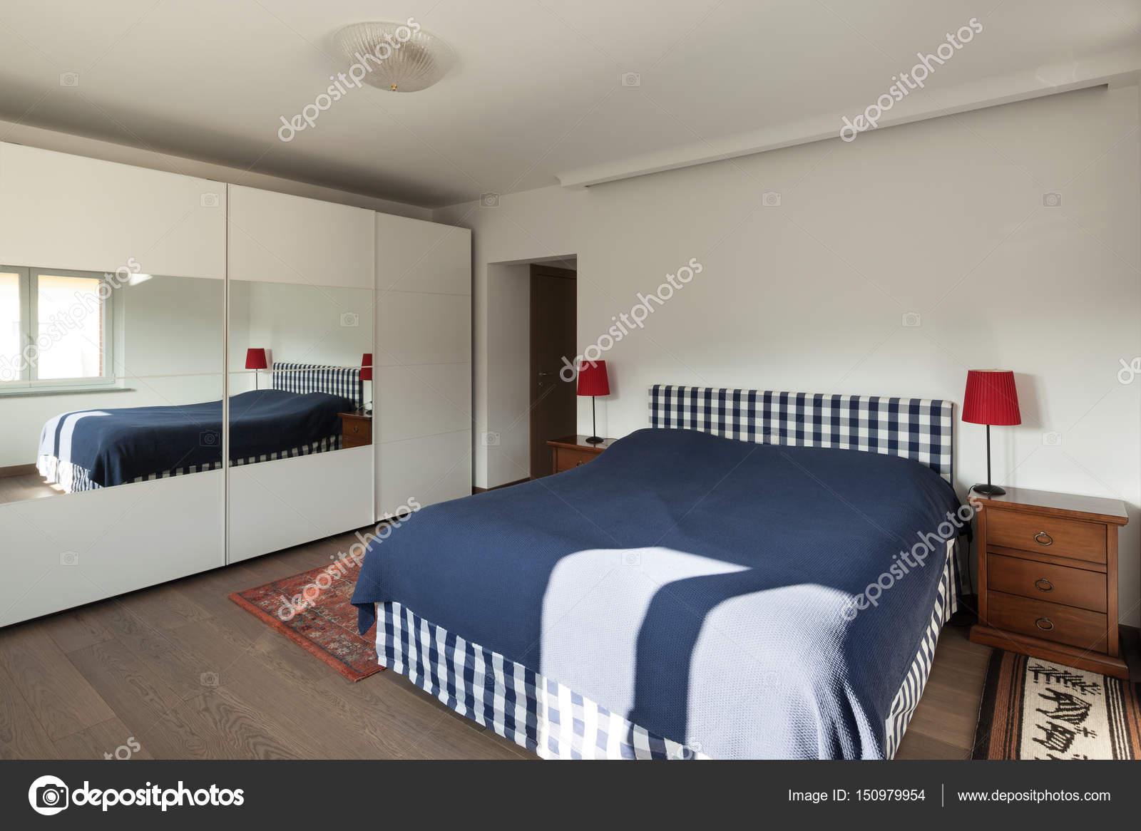 Slaapkamer Houten Vloer : Slaapkamer met houten vloer u stockfoto zveiger