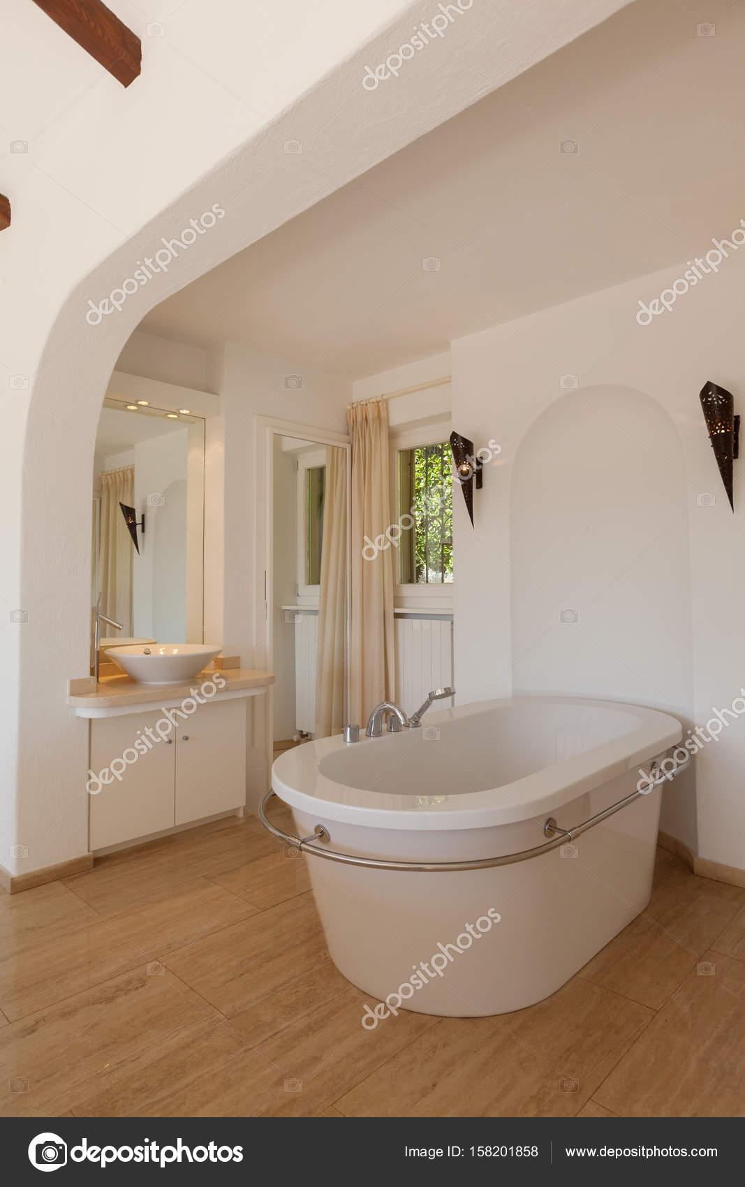Elegantes Schlafzimmer mit Badewanne — Stockfoto © Zveiger ...
