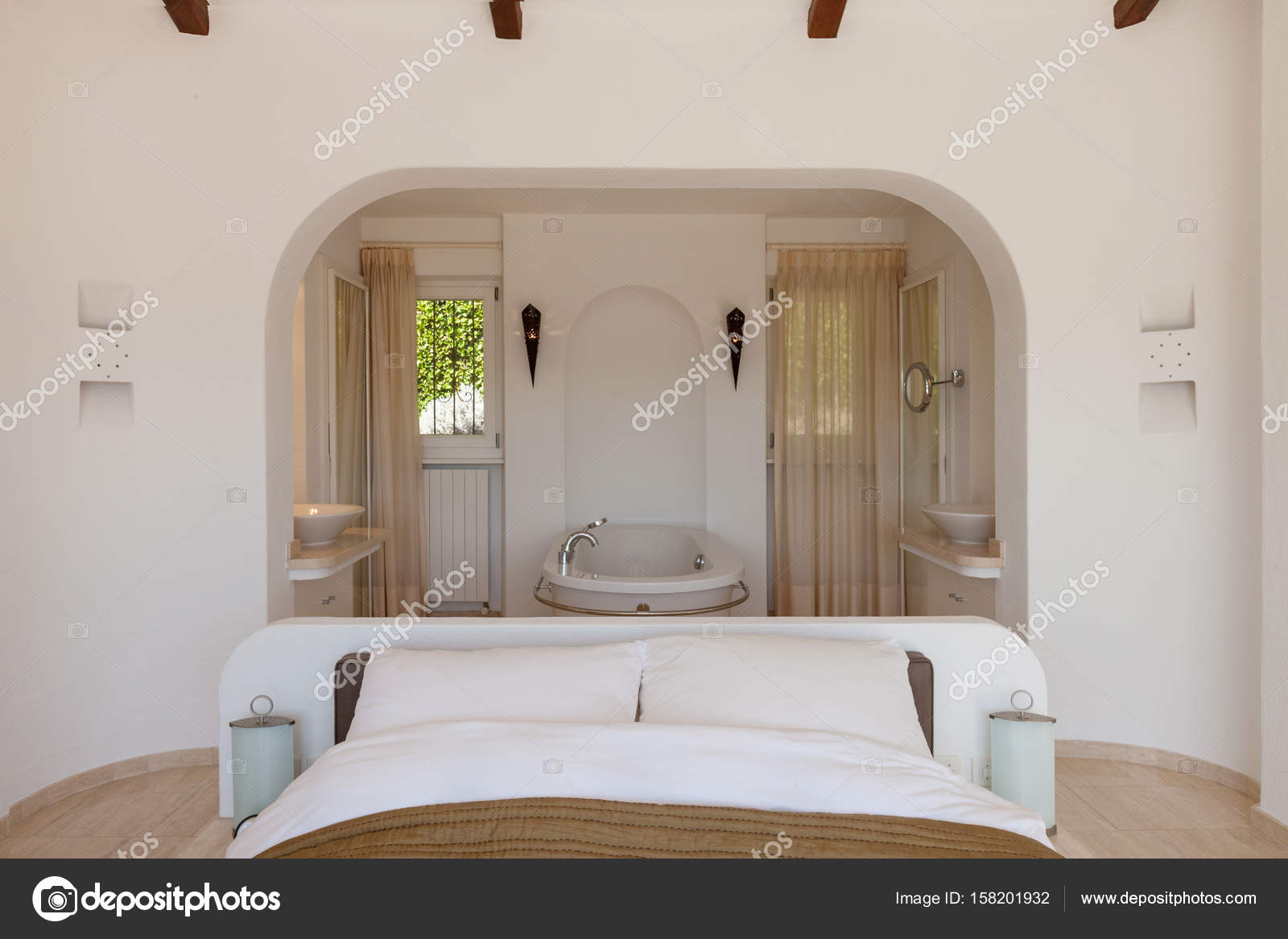 Elegante slaapkamer met bad — Stockfoto © Zveiger #158201932