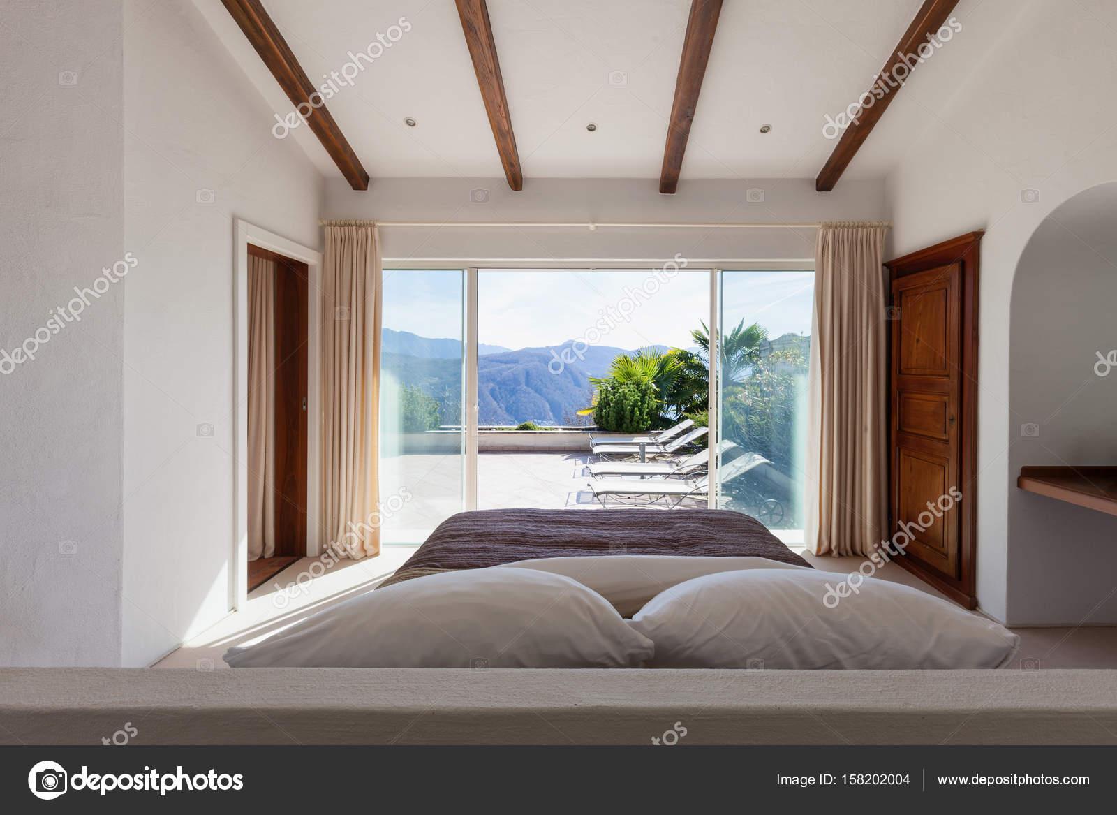 Vasca Da Bagno In Camera Da Letto : Moderna villa interno camera da letto con vasca da bagno foto