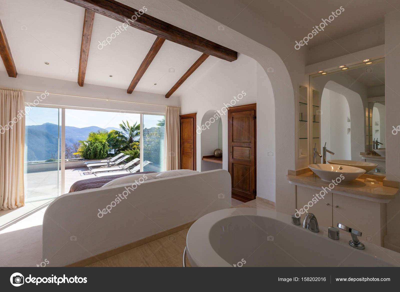 https://st3.depositphotos.com/2018053/15820/i/1600/depositphotos_158202016-stockafbeelding-elegante-slaapkamer-met-bad.jpg