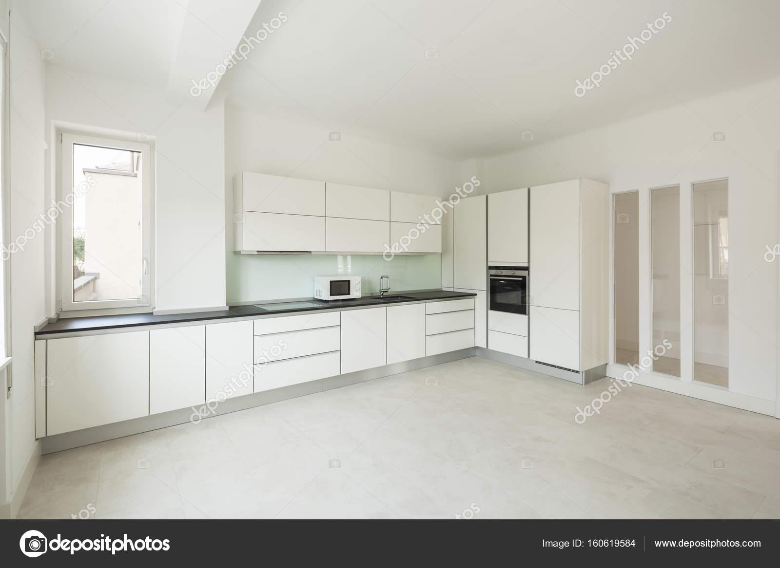 Weiße Moderne Küche Im Appartement U2014 Stockfoto