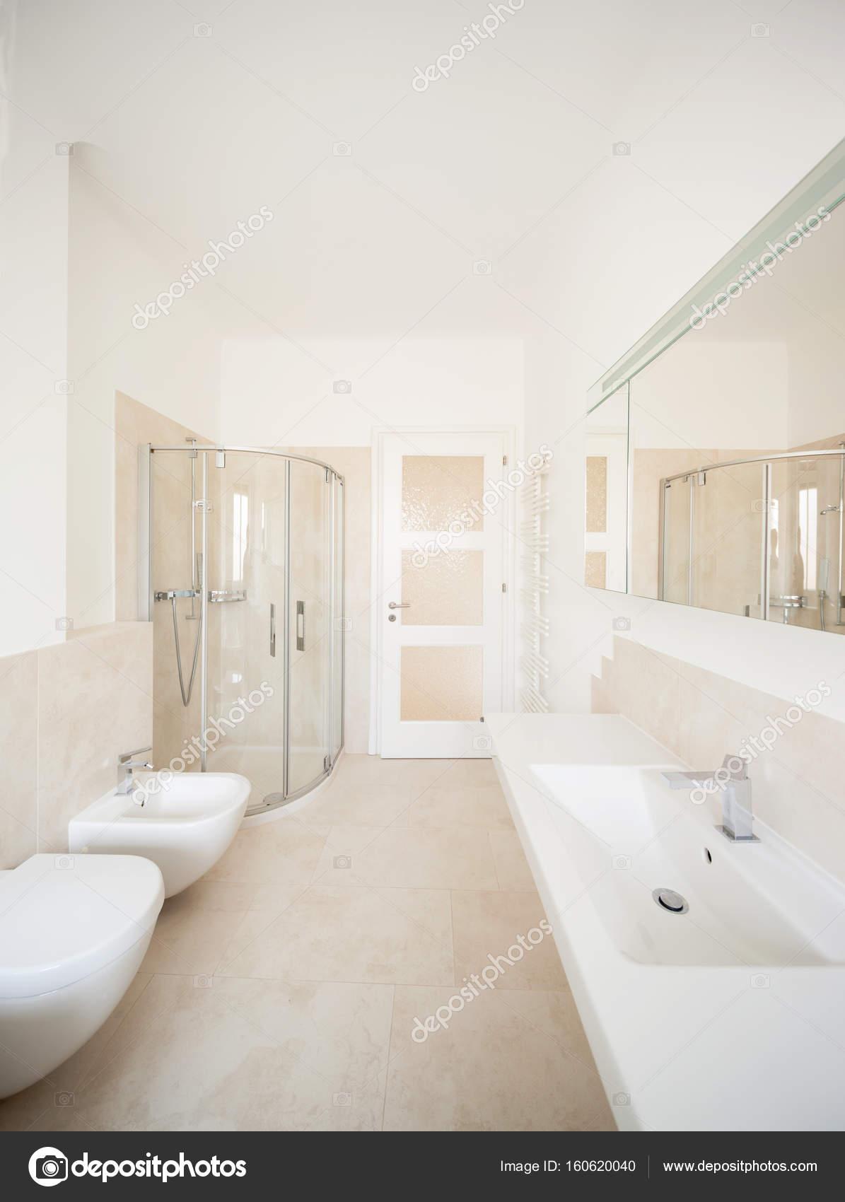 Breed beige badkamer — Stockfoto © Zveiger #160620040