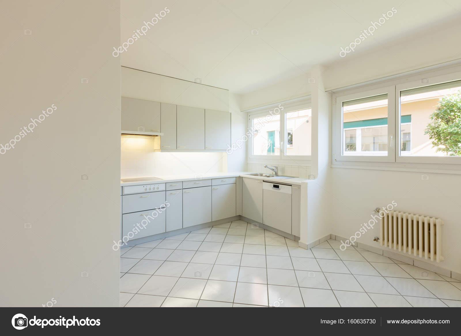 Lege keuken niet heel modern maar leuk de kleur zijn met