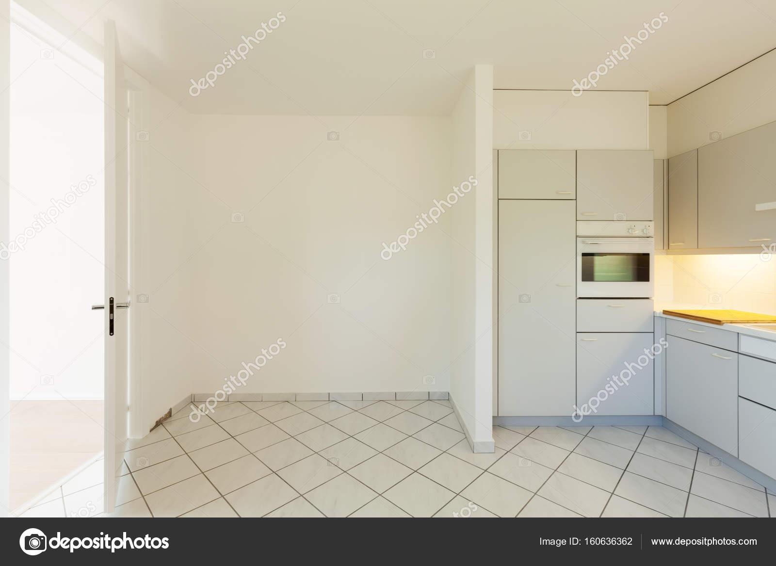 Leere Küche, nicht sehr modern, aber schön, die Farbe sind mit ...