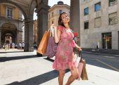 Fényképek A bevásárló szatyrok csinos lány portréja