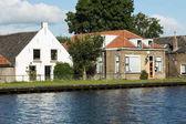 Typické holandské domy na břehu řeky