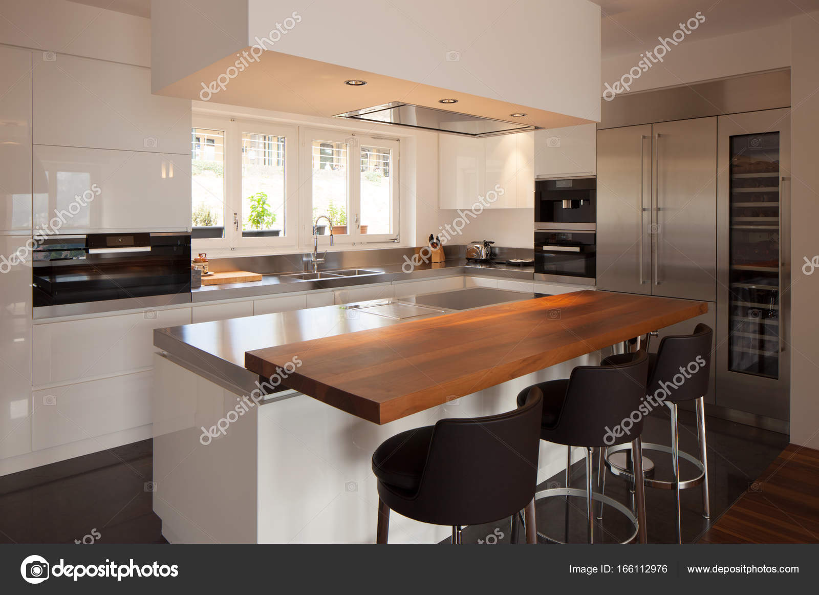 Moderne Küche in Luxus-Appartement — Stockfoto © Zveiger #166112976