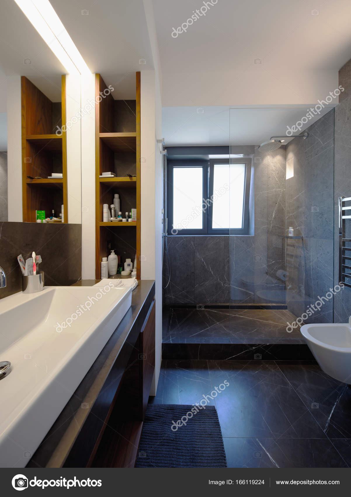 Bagno moderno in appartamento di lusso — Foto Stock © Zveiger #166119224