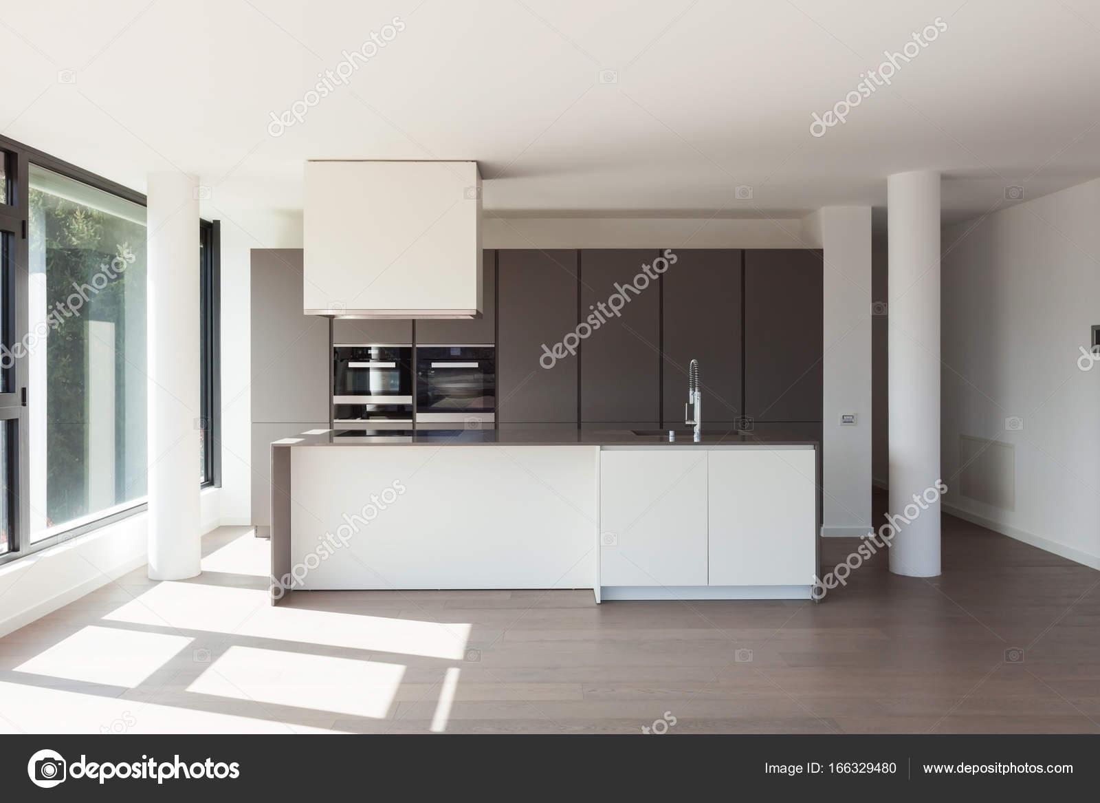 Cozinha Da Ilha Em Uma Ampla Sala Fotografias De Stock Zveiger