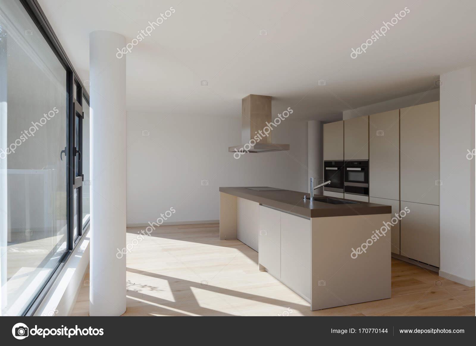Interieur van een modern huis gewoon een kamer leeg u stockfoto