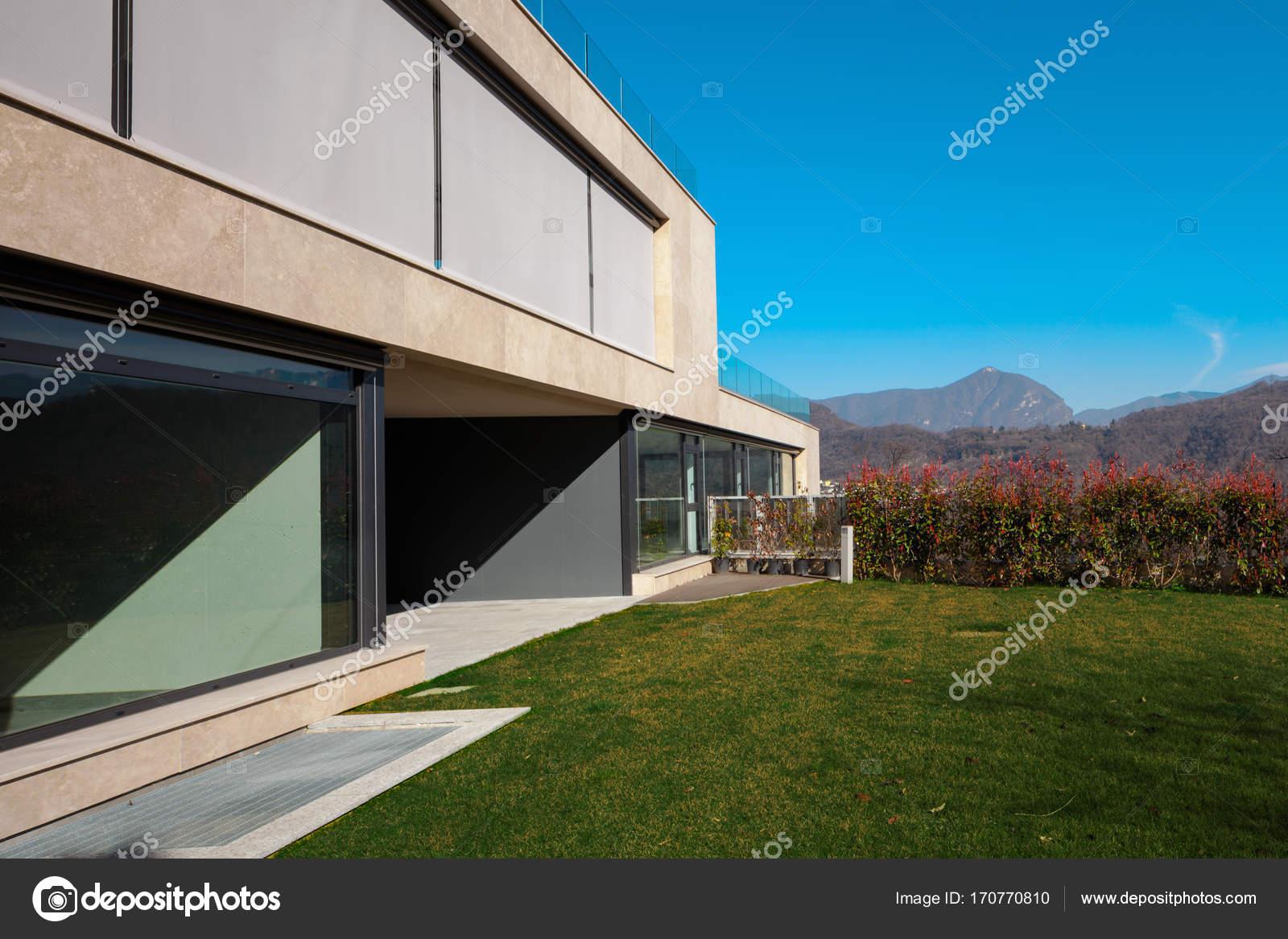Detail van modern huis in exterieur u2014 stockfoto © zveiger #170770810