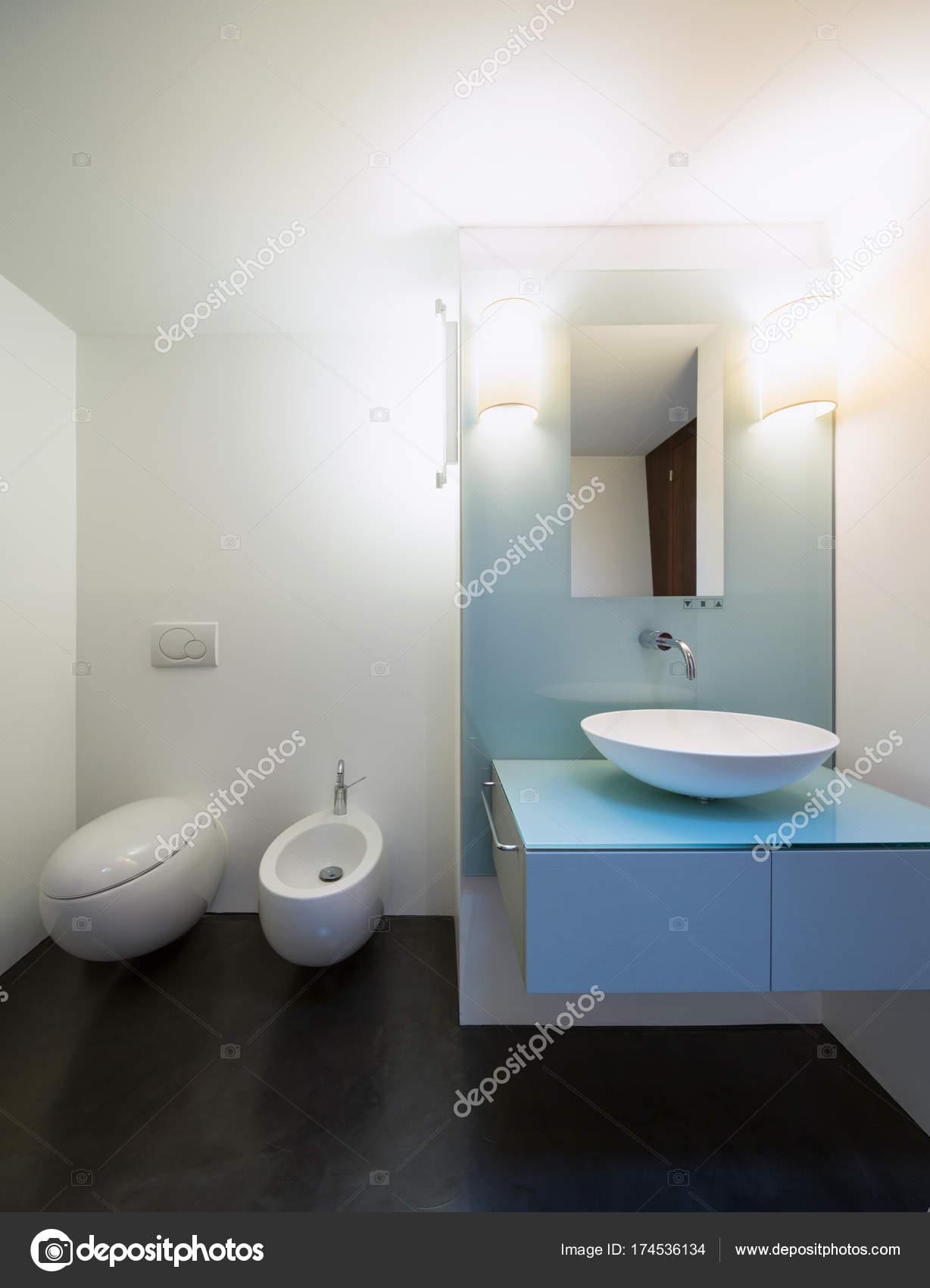 Salle De Bains Blanche Moderne. Personne à Lu0027intérieur U2014 Image De ...