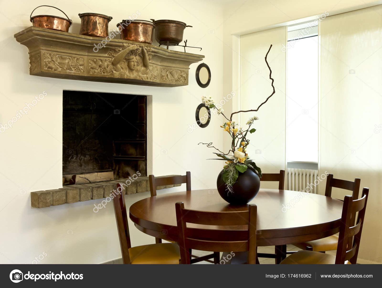 Tafel Met Haard : Houten tafel en open haard niemand u2014 stockfoto © zveiger #174616962