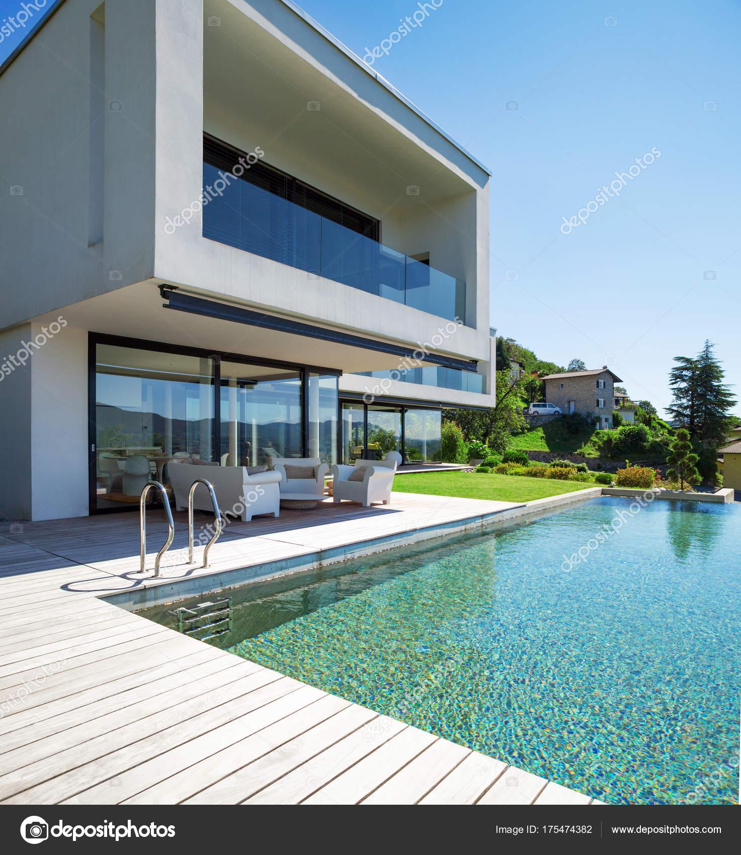 Pool und modernes Haus — Stockfoto © Zveiger #175474382