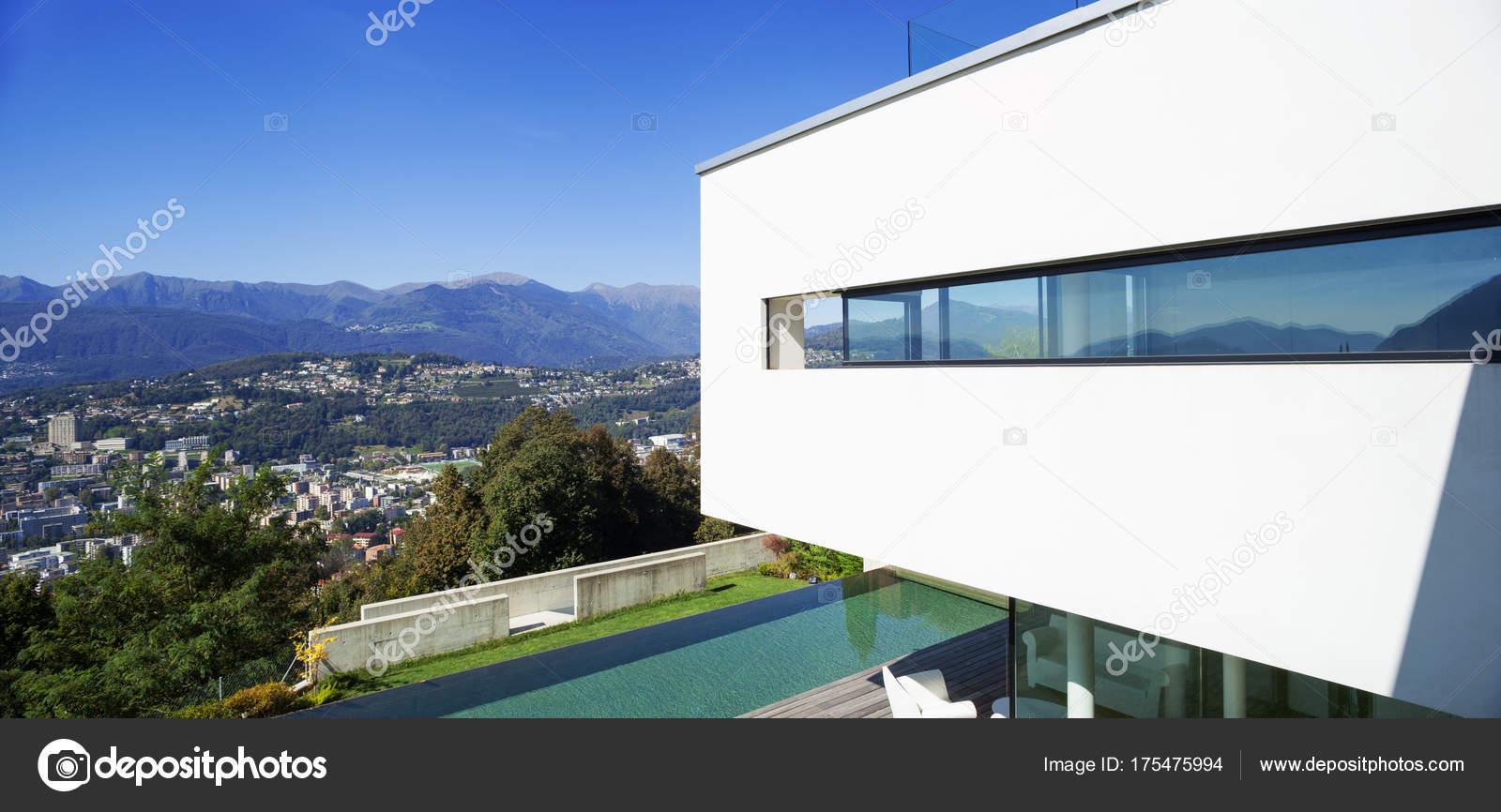Modernes Haus mit pool — Stockfoto © Zveiger #175475994