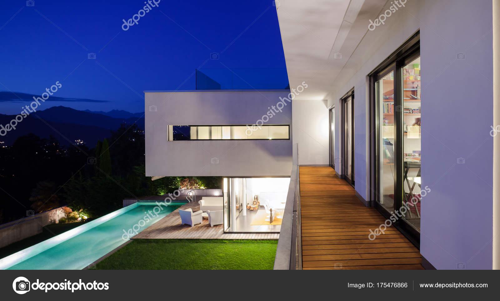 Casa moderna con piscina foto stock zveiger 175476866 for Casa moderna piscina