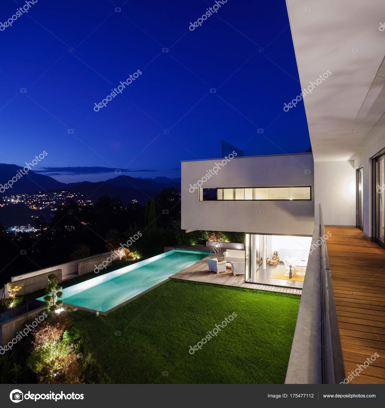 Modernes Haus mit pool — Stockfoto © Zveiger #175477112