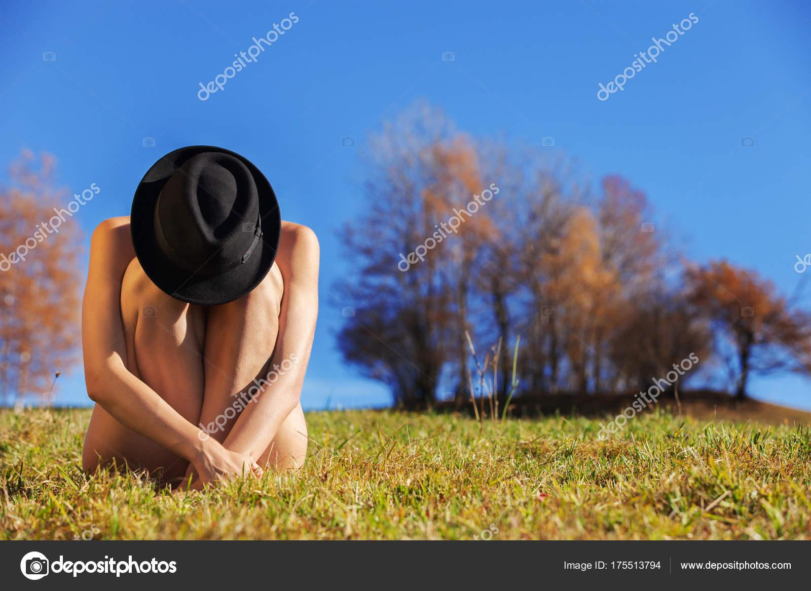 les jeunes nues filles en herbe