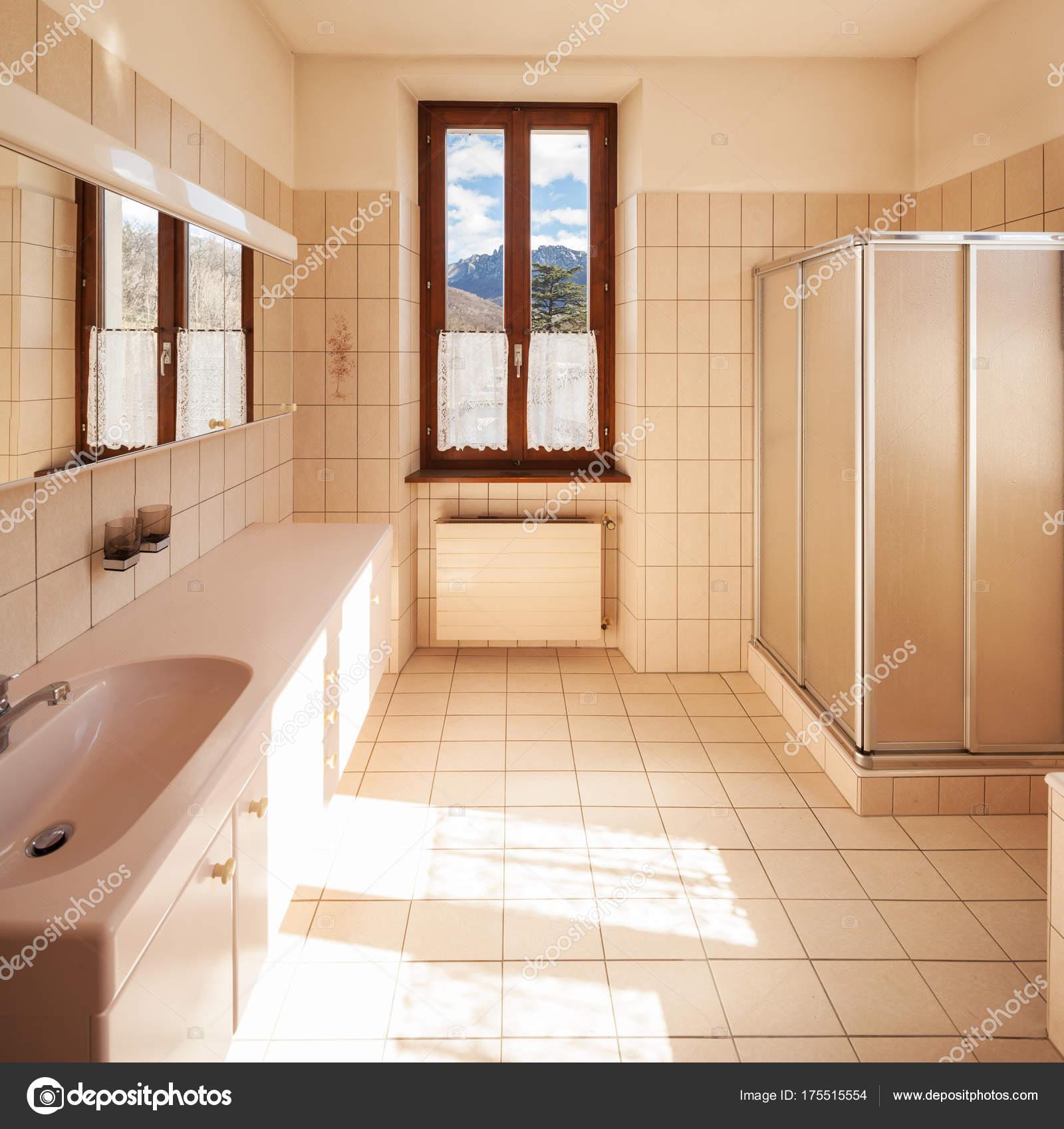 cuarto de baño con azulejos de estilo clásico — Foto de stock ...
