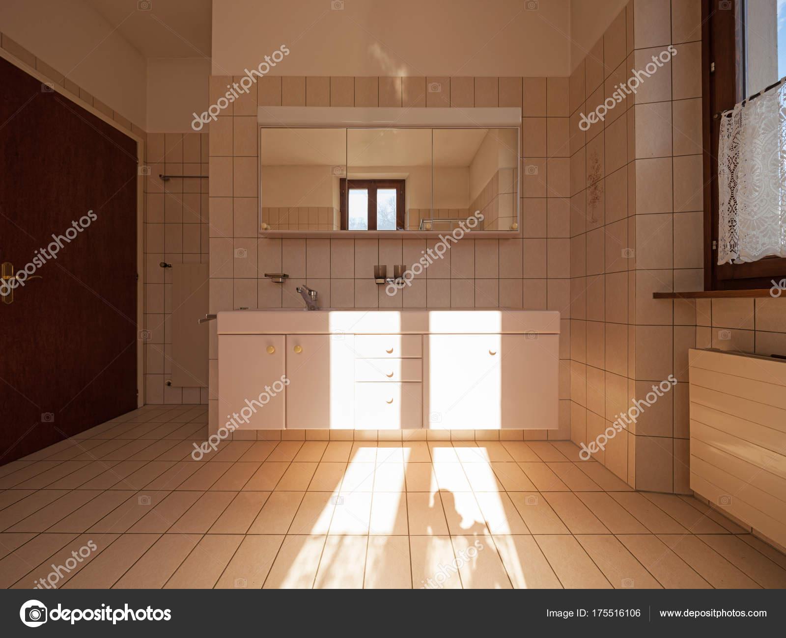 Cuarto de baño con azulejos de estilo clásico — Fotos de ...