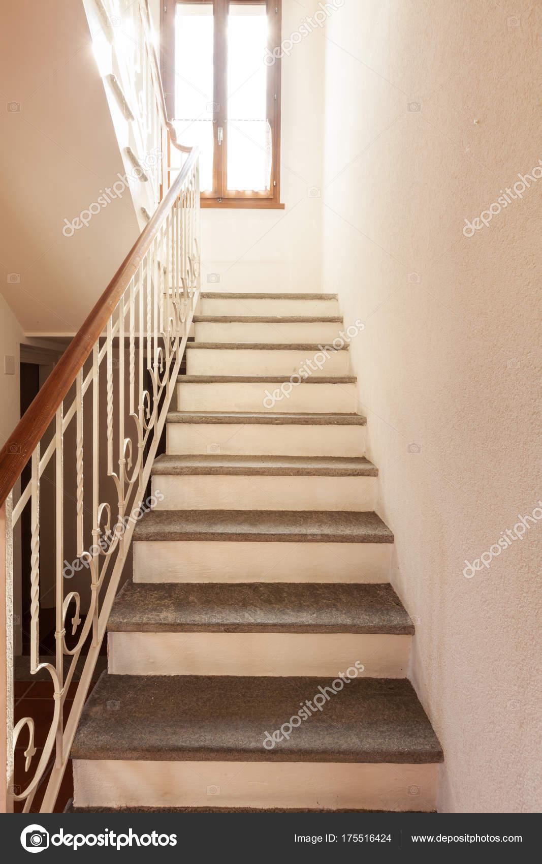 Escalier intérieur en maison privée — Photographie Zveiger © #175516424
