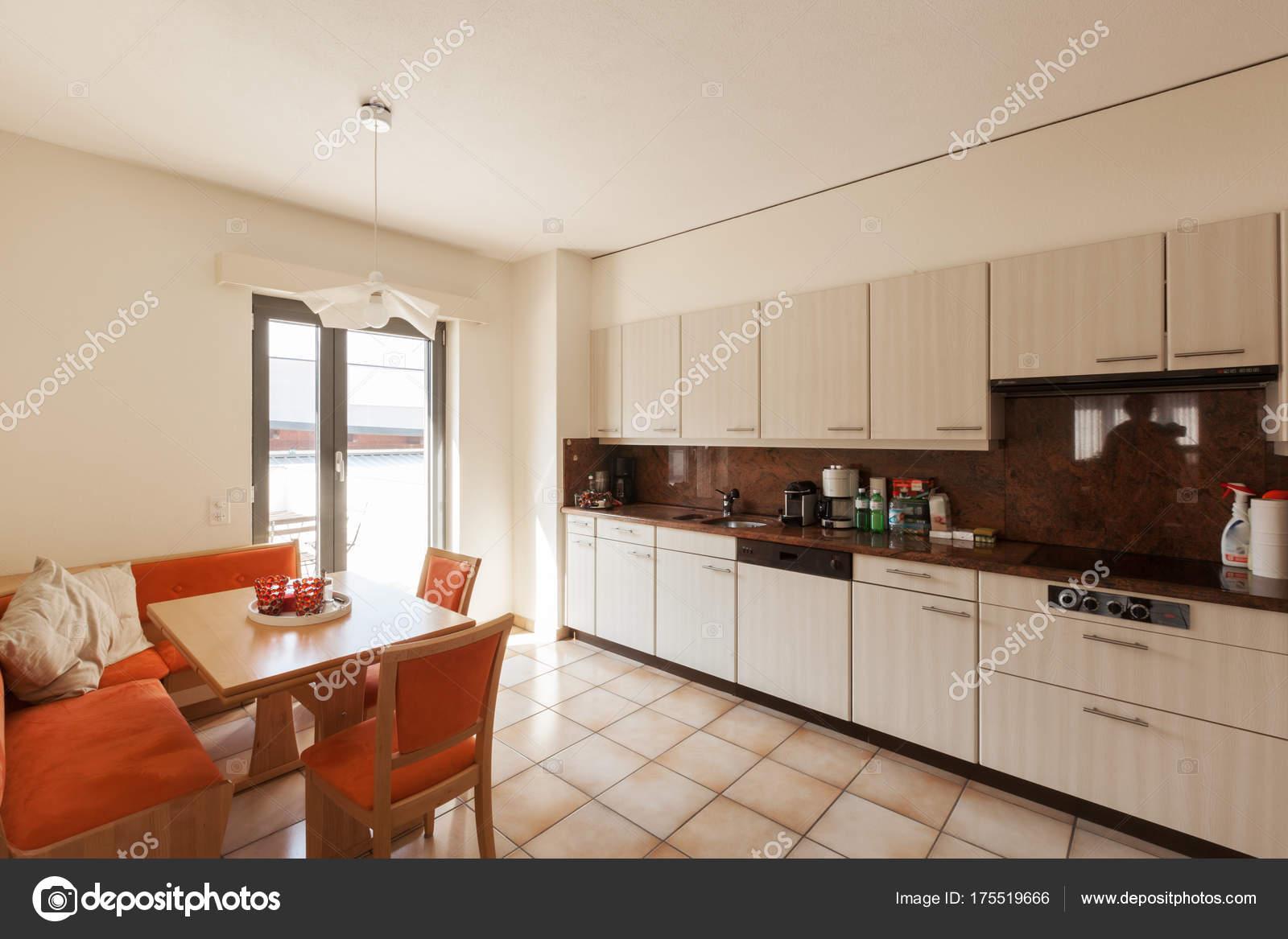 Maison moderne cuisine intérieure, — Photographie Zveiger ...