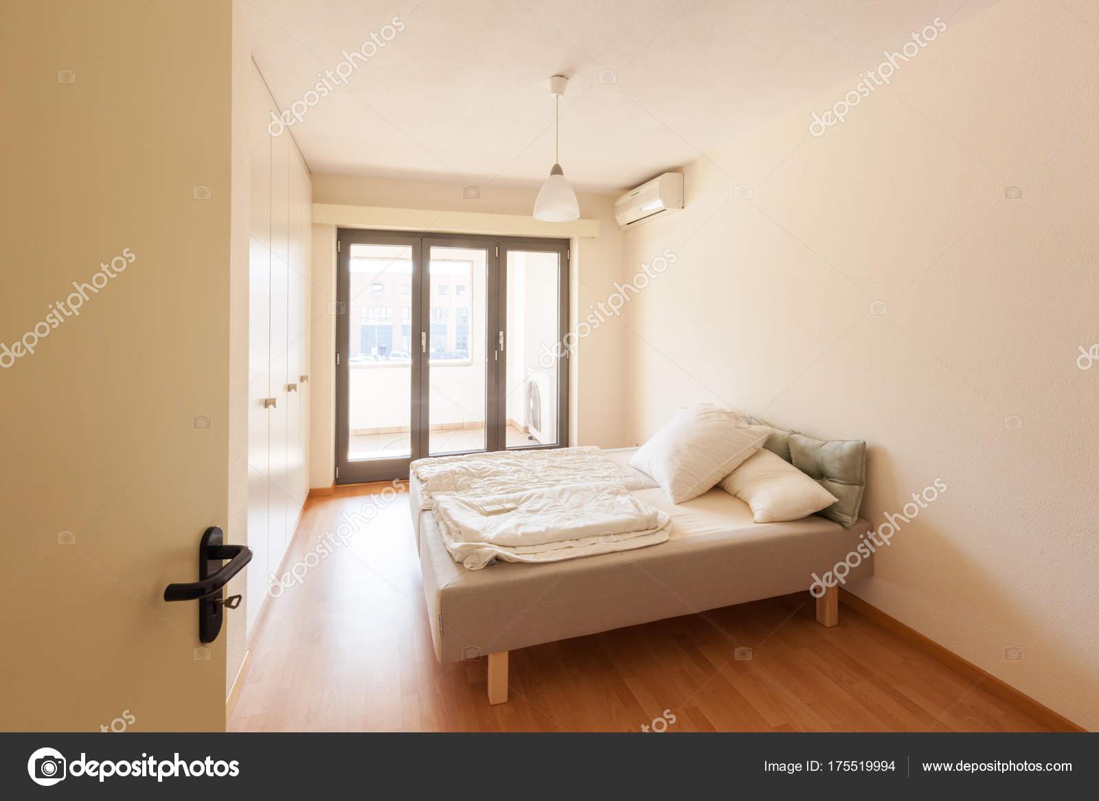Modern huis interieur, slaapkamer — Stockfoto © Zveiger #175519994