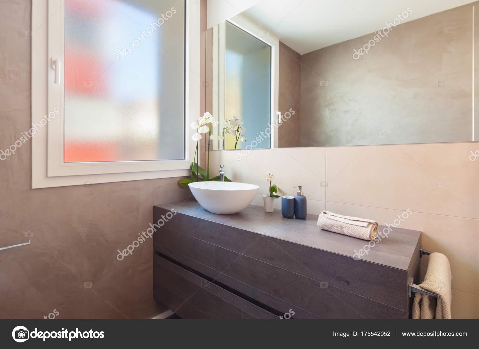 Cerca del cuarto de baño elegante — Foto de stock © Zveiger #175542052