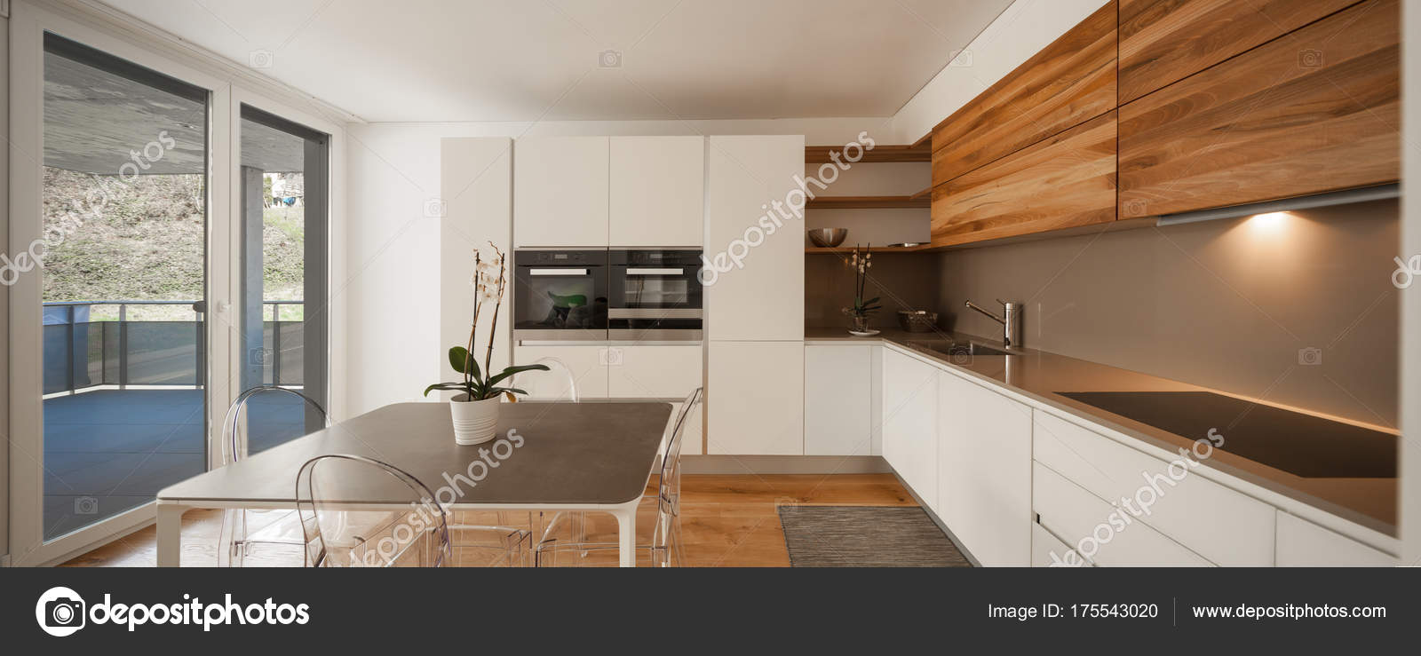 Moderne Holz-Küche mit Blick — Stockfoto © Zveiger #175543020