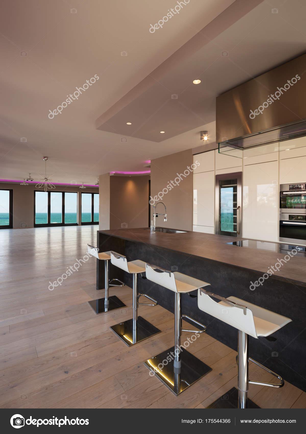 Einrichtung Einer Modernen Wohnung Ohne Möbel, Blick Aufs Meer U2014 Foto Von  Zveiger