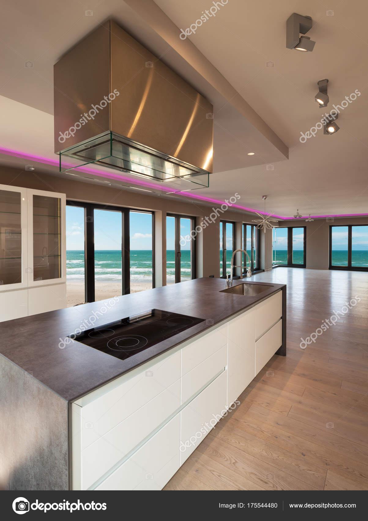 Interni di un appartamento moderno, cucina con vista mare — Foto ...
