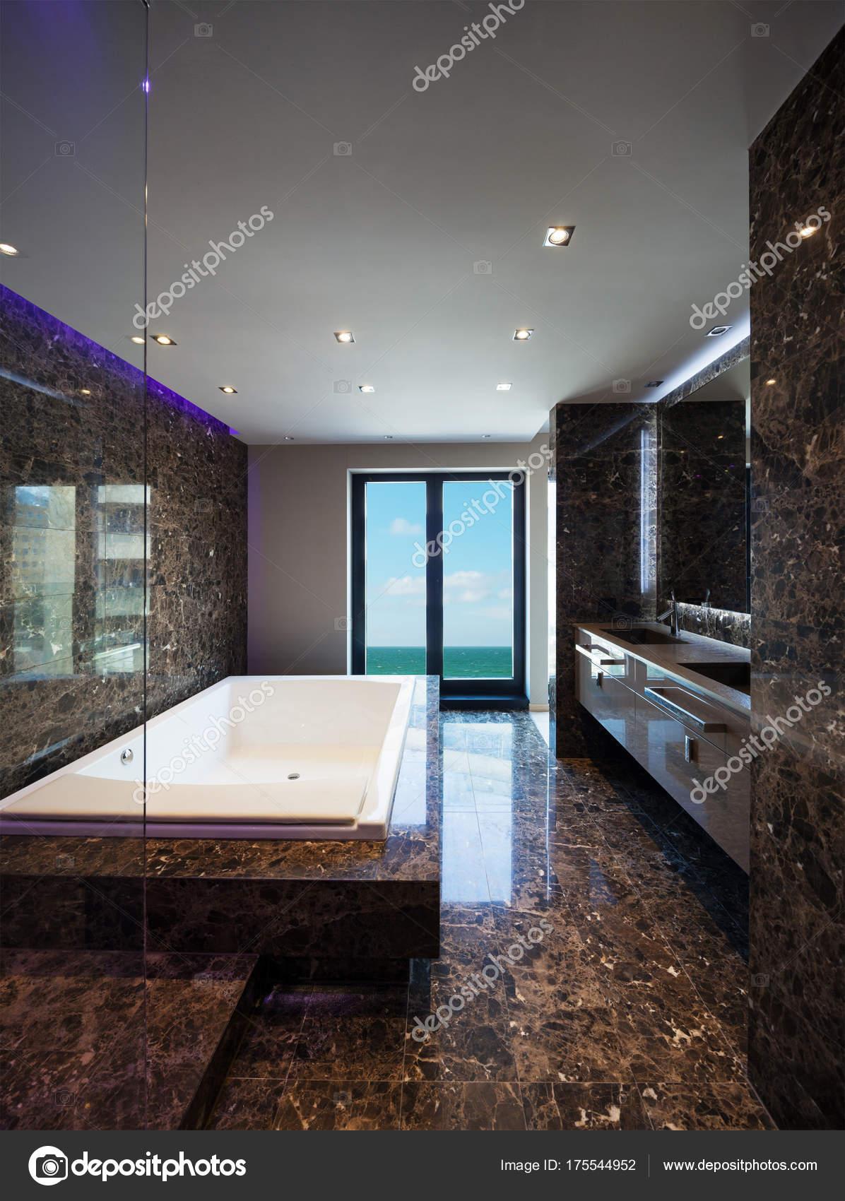 Luxus-Badezimmer in einem modernen Haus — Stockfoto ...