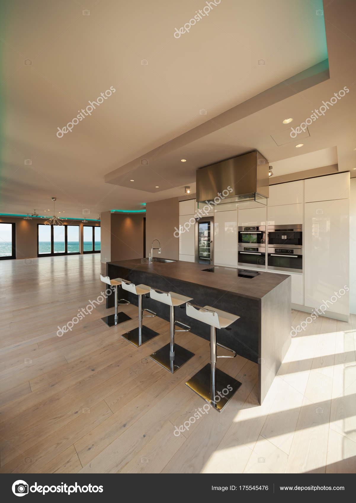 Interni di un appartamento moderno cucina con vista mare for Appartamento moderno