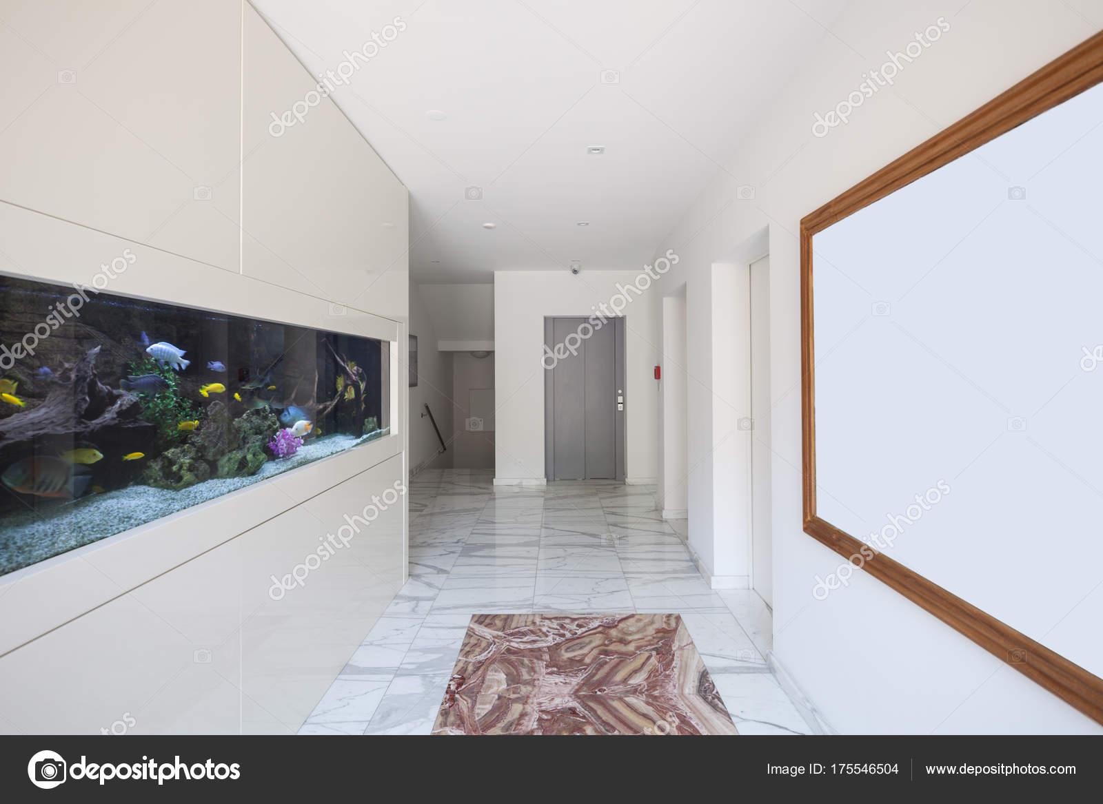 Moderne Palast, Flur Mit Aquarium U2014 Stockfoto