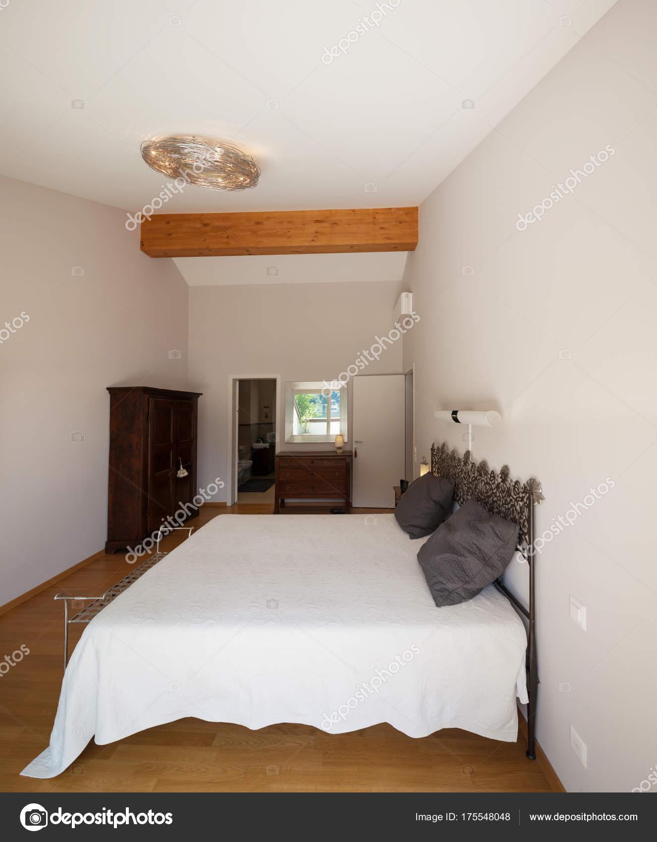 Modern huis appartement, slaapkamer, uitzicht — Stockfoto © Zveiger ...