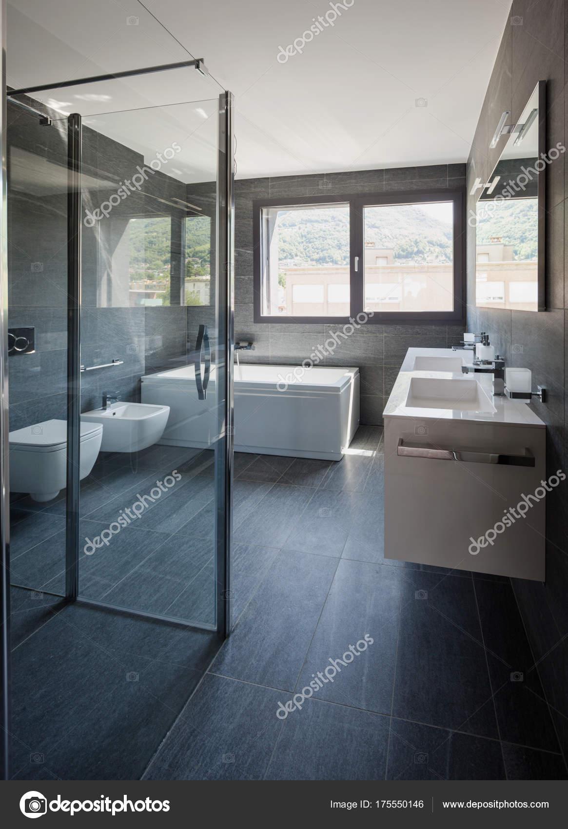 Moderne luxus-badezimmer — Stockfoto © Zveiger #175550146