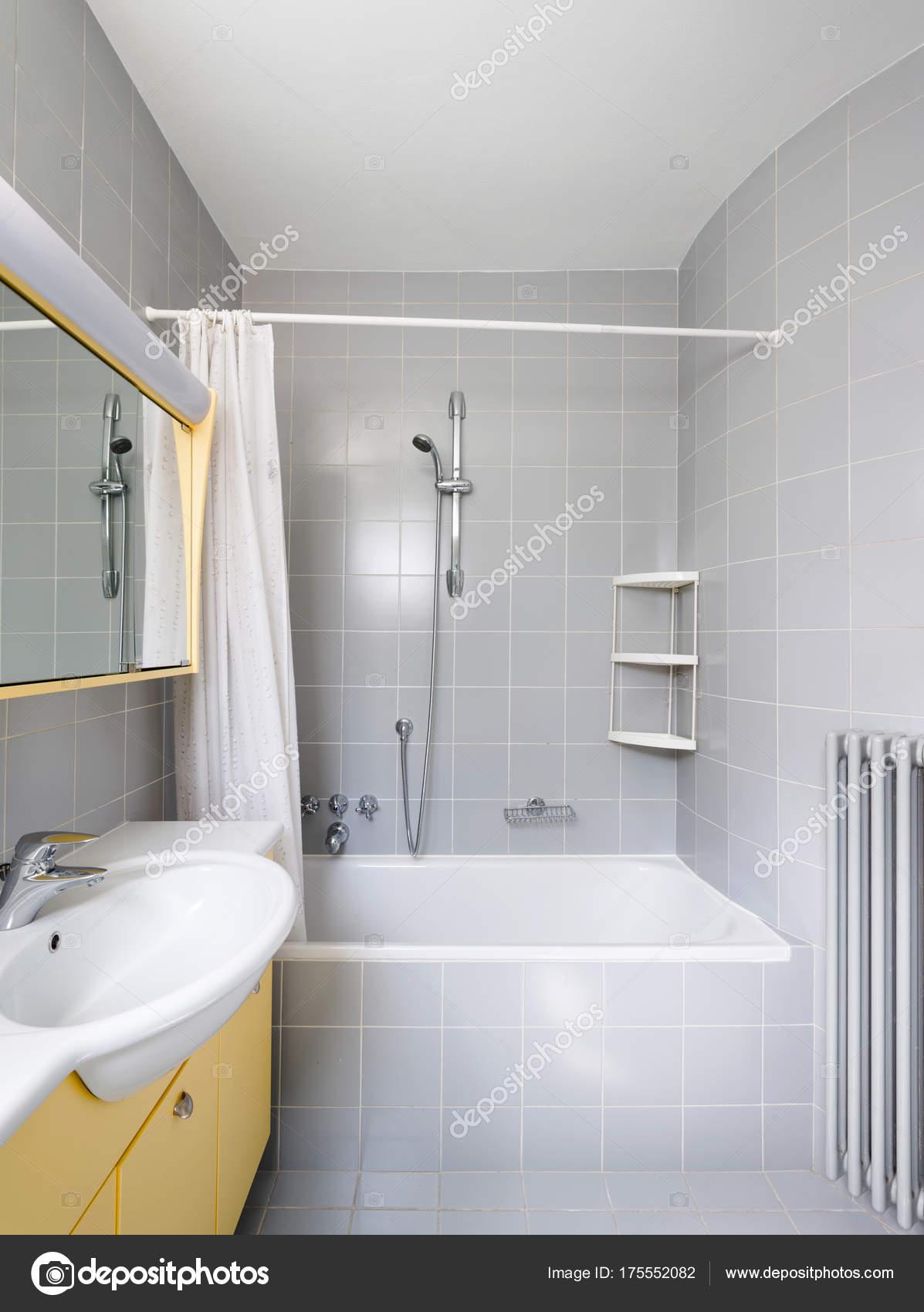 Salle de bain Vintage gris et jaune — Photographie Zveiger ...