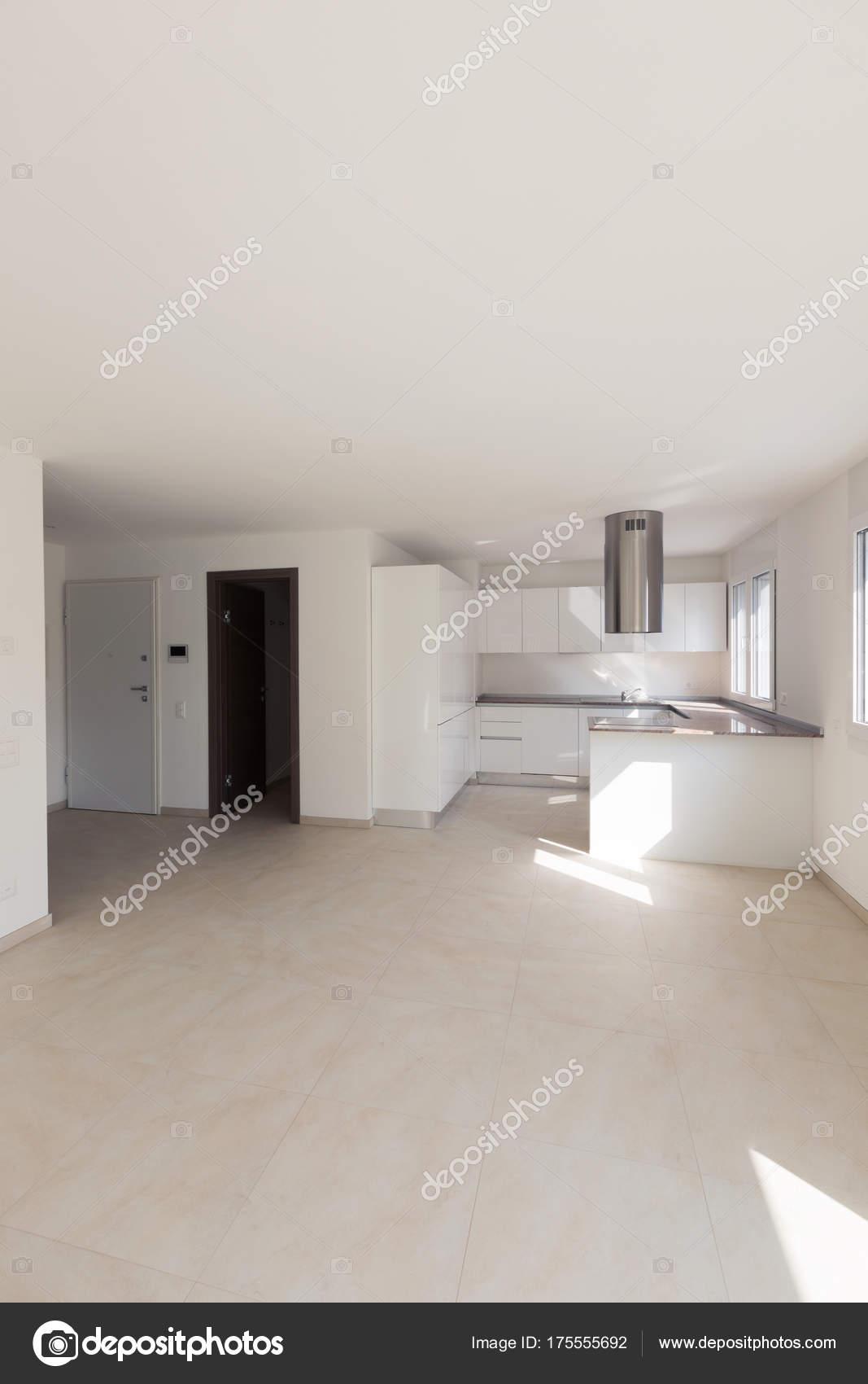 Moderno apartamento, espacios vacíos, cocina — Foto de stock ...