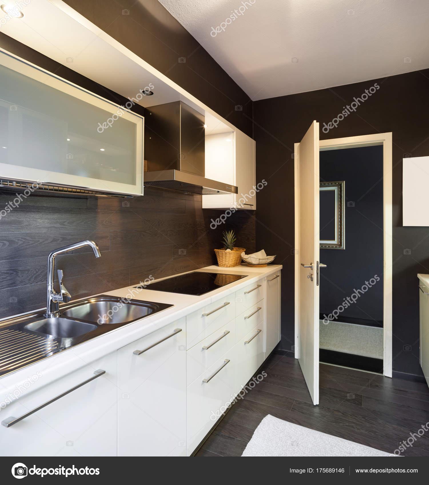 modernes Haus, Küche — Stockfoto © Zveiger #175689146