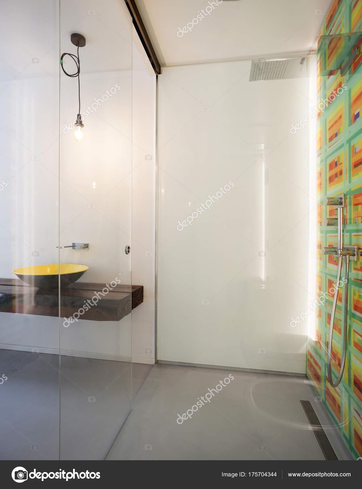 Modernes Bad, Große Dusche Und Gelbe Becken Auf Dem Hintergrund U2014 Foto Von  Zveiger
