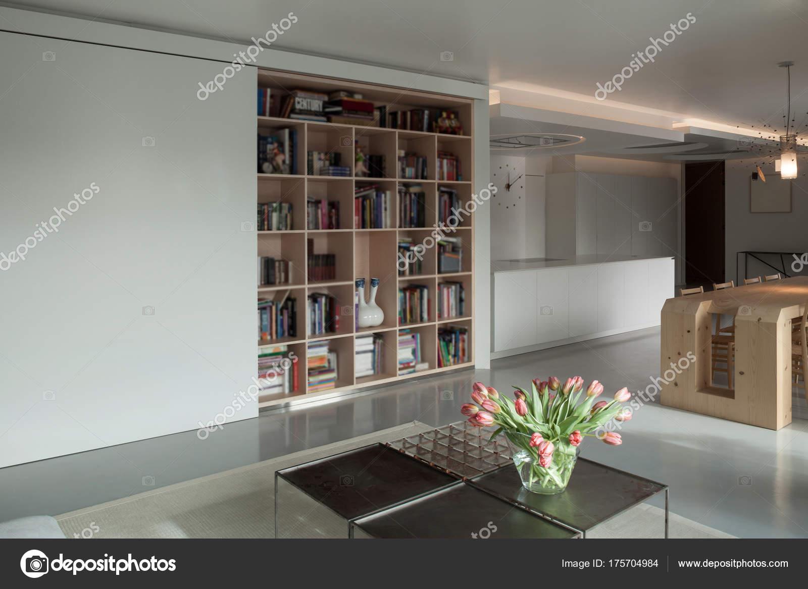 Interieur houten boekenkast u2014 stockfoto © zveiger #175704984