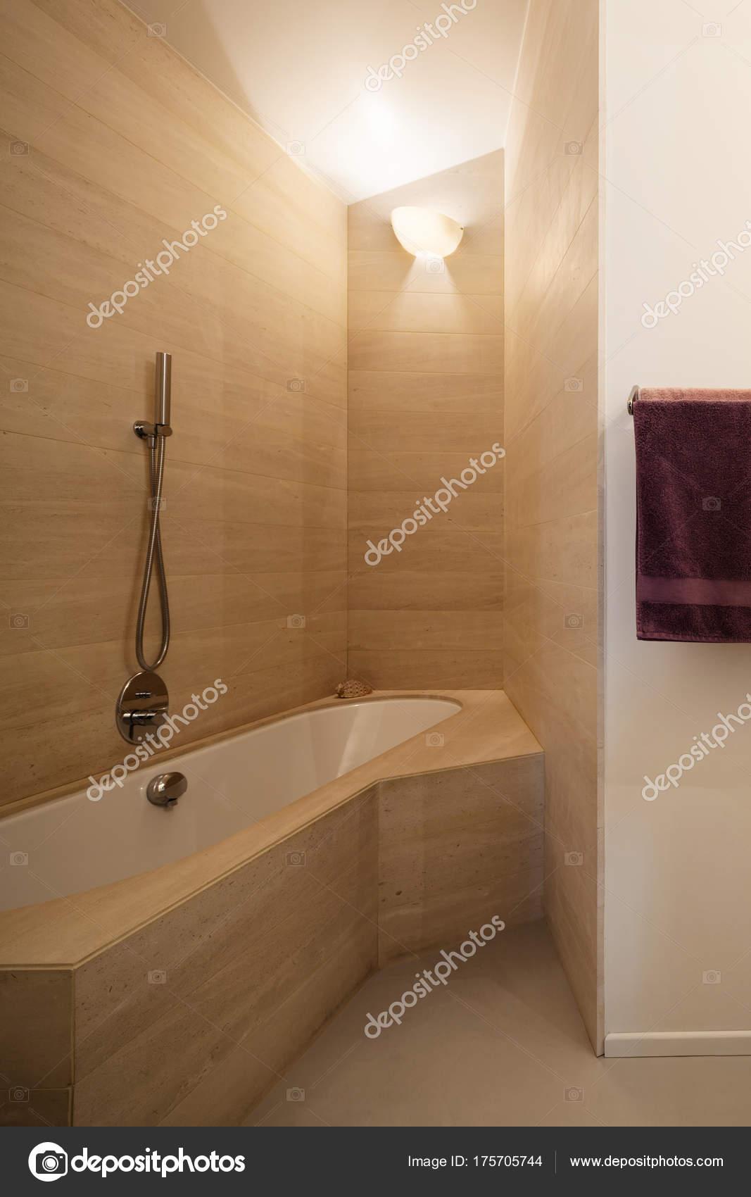 baignoire avec des tuiles de marbre sur les murs — photographie