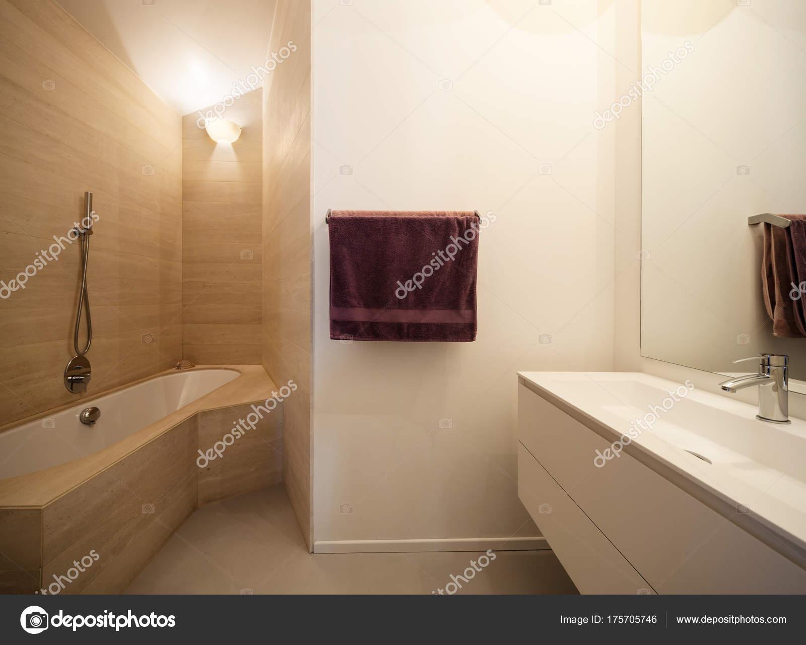 Vasca da bagno con piastrelle in marmo sulle pareti u foto stock