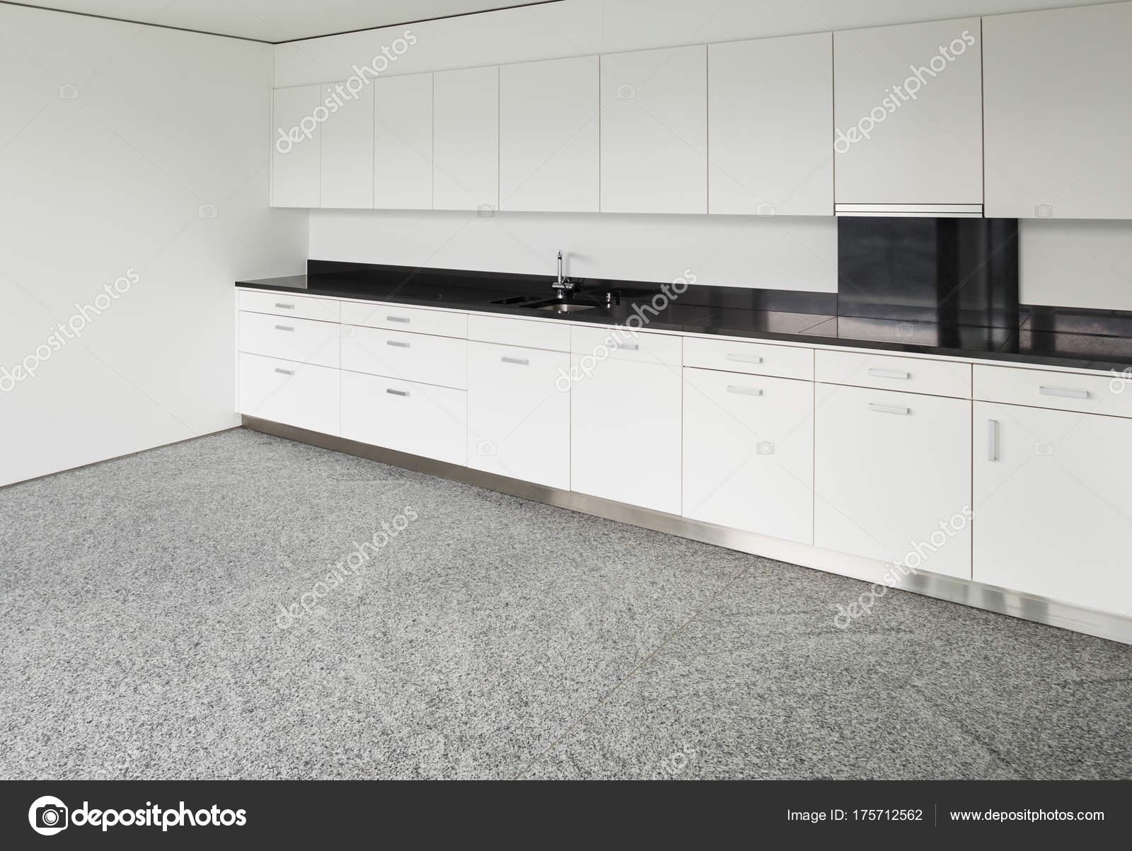 Große Wohnung, moderne Küche — Stockfoto © Zveiger #175712562